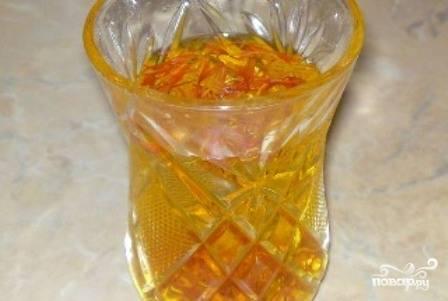 Маленькую щепотку шафрана заливаем небольшим количеством кипятка, пусть настаивается.