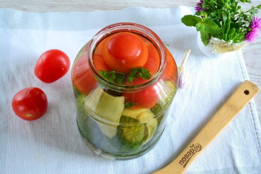 Залейте кипящим маринадом овощи в банке, закатайте металлической крышкой.