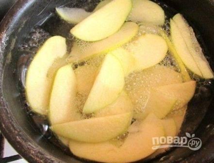 Вскипятим воду с лимонной кислотой, минуты полторы прокипятим в ней яблоки.