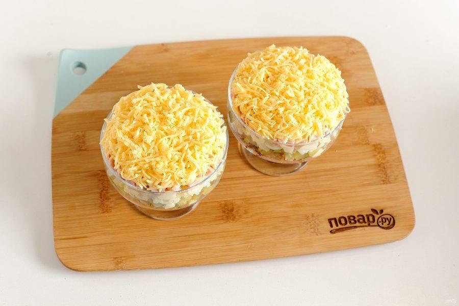 Последний слой — тертый на мелкой терке сыр. Слоеный салат с курицей и ветчиной готов. Дайте салату настояться и можно подавать к столу.
