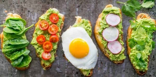 Хлеб поджарить намазать авокадо и украсить по своему вкусу.