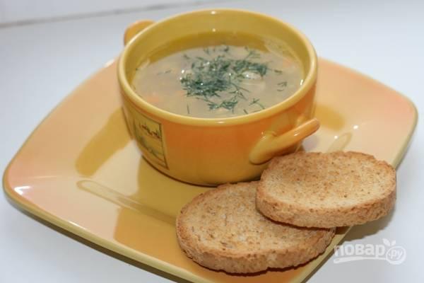 Добавьте в гороховый суп укроп, соль и перец. Приятного аппетита!