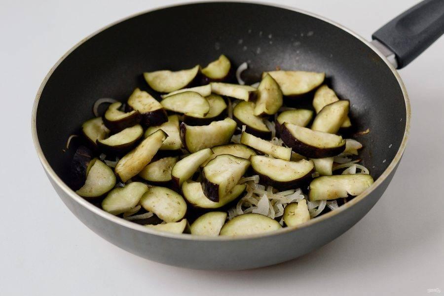 Следом добавьте баклажаны, нарезанные ломтиками среднего размера. Обжаривайте их ещё 5-7 минут.