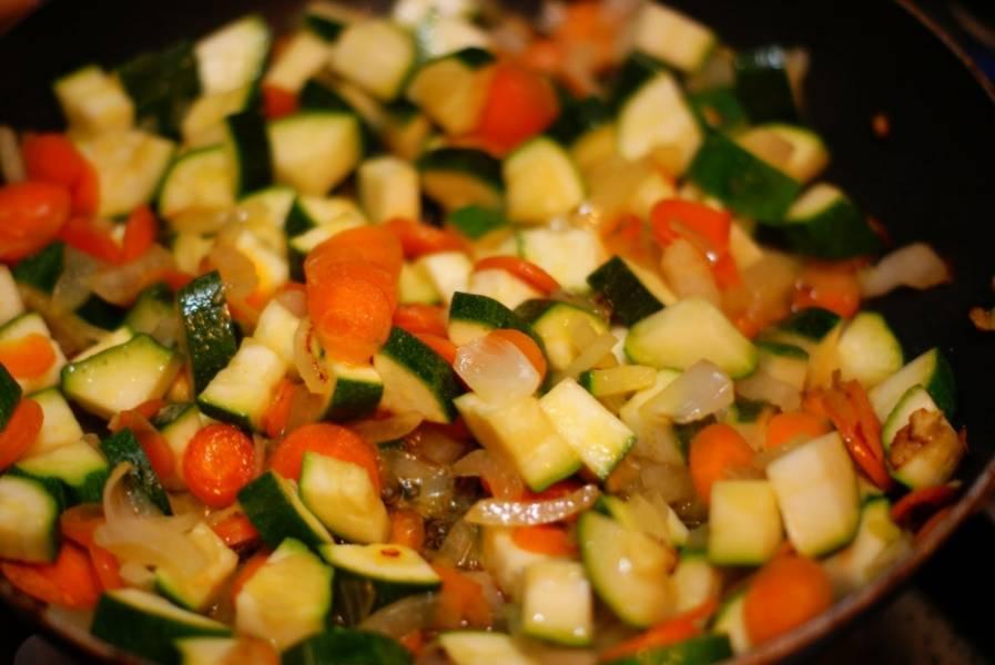 Затем в сковородку добавляем кубиками нарезанный цуккини, солим. Жарим все около 10 минут, постоянно перемешивая. Отрегулируйте силу огня, чтоб овощи не сгорели!