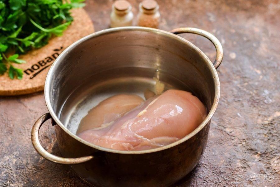Переложите филе в кастрюлю, залейте водой и варите 30-40 минут на умеренном огне. Остудите филе в бульоне.