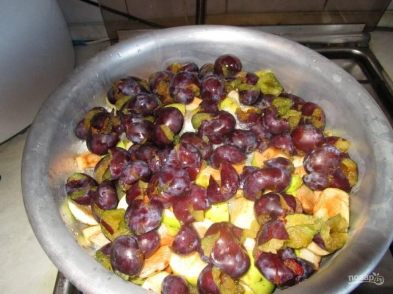 1.Вымойте фрукты, удалите косточки из слив, апельсины используйте с кожурой, нарежьте их. Яблоки вместе с кожурой нарежьте крупно. Выложите все ингредиенты в большой таз или в кастрюлю.