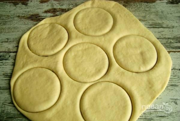 6. После отделите кусочек теста и раскатайте. Я предлагаю сделать небольшие пирожочки, поэтому можно вырезать кружочки стаканом, например.