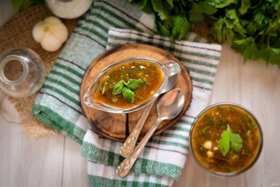 Готовый соус разложите в соусники и пиалы необходимого размера.