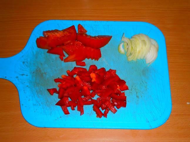 Мелко нарезаем перец, помидоры и лук.