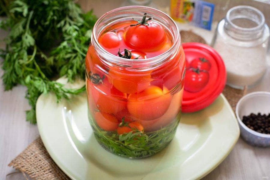 Залейте горячим маринадом помидоры.
