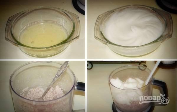 5. Белки со щепоткой соли взбейте в пену и аккуратно добавьте в курицу.