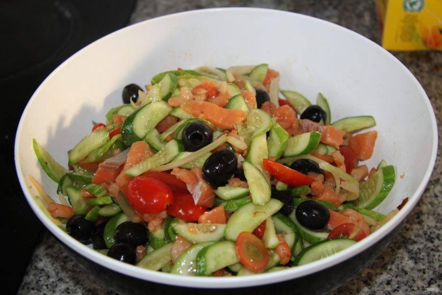 5. Добавляем остальные ингредиенты и поливаем немного оливковым маслом. Семгу я беру слабосоленую, режу ее кусочками. Оливки режу кольцами. Оставляем салат еще на 10 минут, после чего его можно подавать.