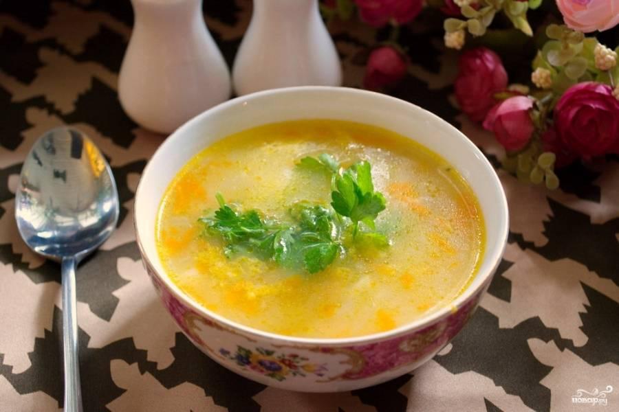 Суп поперчите, посолите по вкусу. Варите 2-3 минуты и затем выключите. Разлейте суп по мискам и подайте к столу.