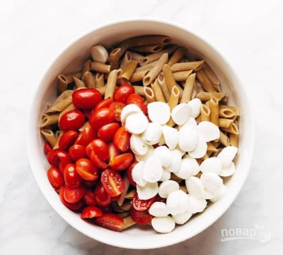 3.Шарики моцареллы разрезаю на половинки и добавляю к салату.