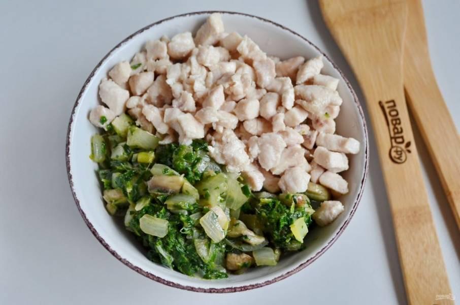 Соедините куриное филе и грибы со шпинатом, перемешайте.