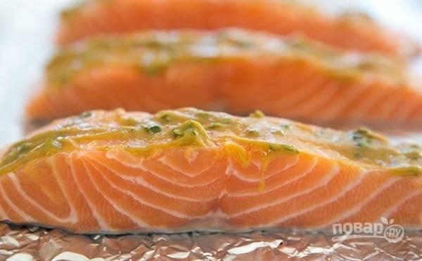 3.Промажьте лосося сверху горчичной смесью.