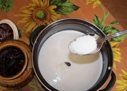 Добавляем две столовые ложки меда, ванильный сахар и обычный сахар.