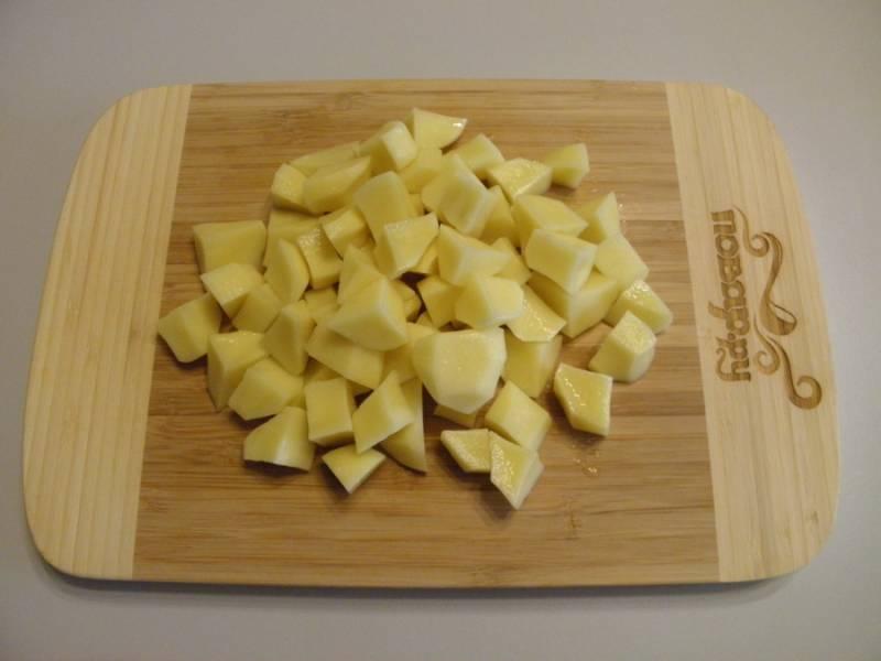 5. Картофель очистите от кожуры и порежьте небольшими кусочками. Добавьте к готовому гороху, проварите 15-20 минут.