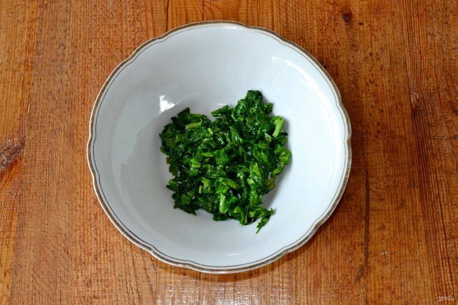 Тем временем вымойте, обсушите и измельчите шпинат. Выложите на сковороду с небольшим количеством сливочного масла и обжарьте пару минут.