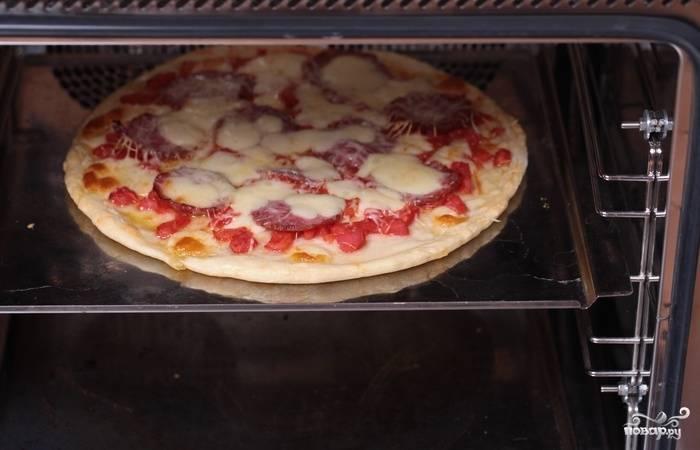 13. Минут через 15, когда сыр как следует растает, пицца с салями в домашних условиях будет готова. Перед подачей можно присыпать измельченной зеленью.  Приятного аппетита!