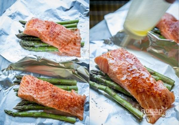 2. Выложите сверху по кусочки рыбы. Также посолите по вкусу и добавьте специи. Сбрызните оливковым маслом немного.