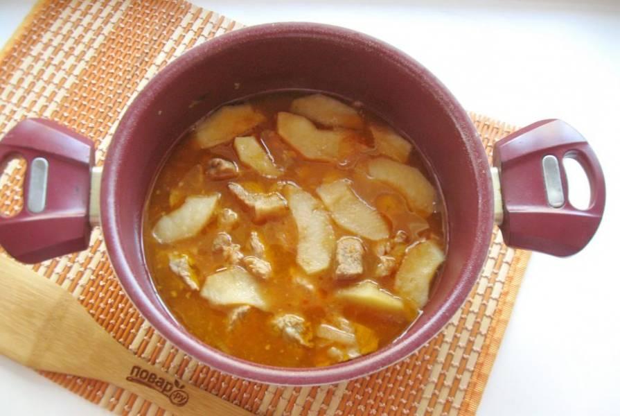 В готовое блюдо добавьте измельченный чеснок и перемешайте.