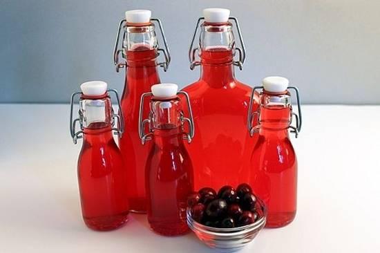 4. Через месяц напиток поменяет цвет - это верный признак. Отцеживаем и разливаем по чистым красивым бутылкам. Готово!