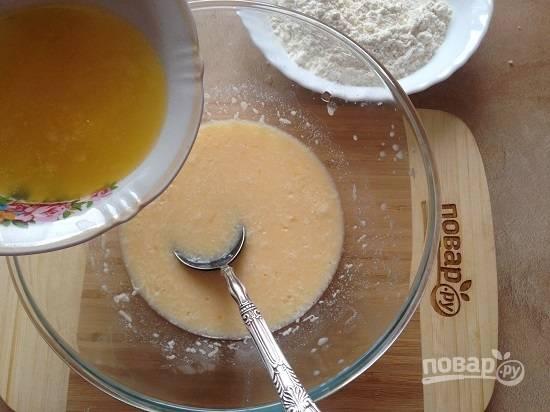 5. В яично-молочную смесь добавим сыр, перемешаем и вливаем растопленное, но не горячее, сливочное масло. Перемешиваем.