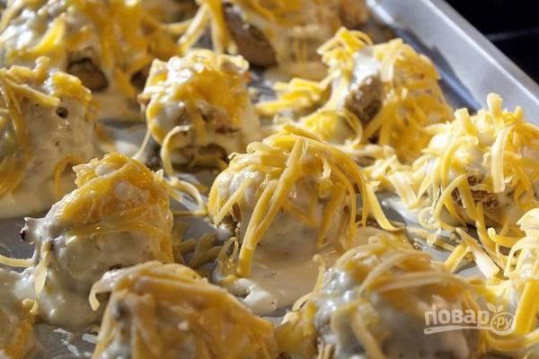 5. После достаньте форму, присыпьте грибы тертым твердым сыром и запекайте еще минут 5-7 до образования румяной корочки. Приятного аппетита!