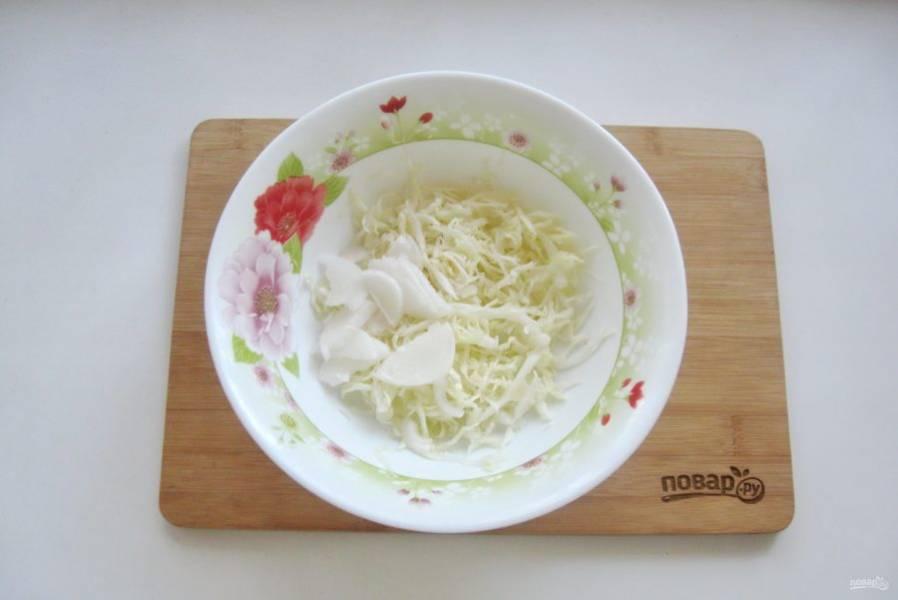 Салатный белый или красный лук нарежьте тонкими полукольцами. Добавьте в салат.