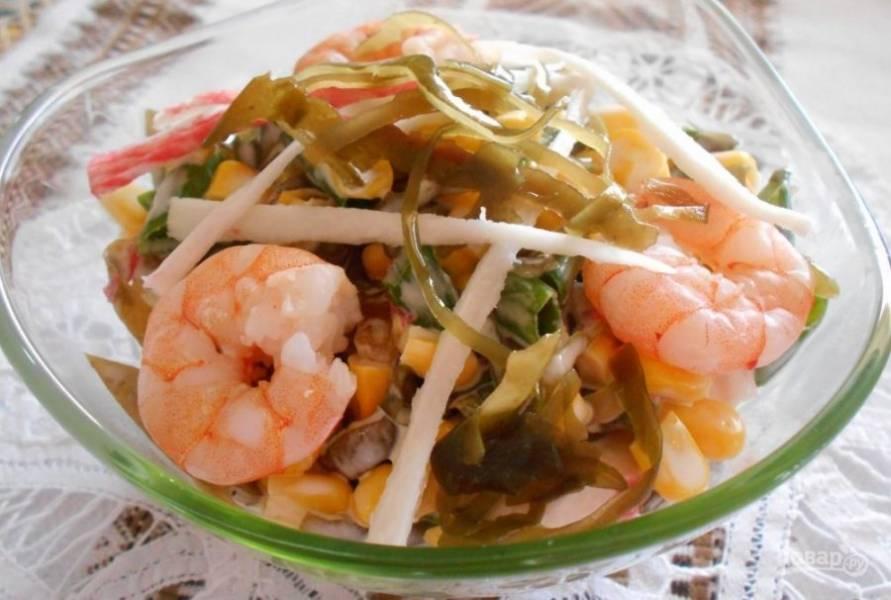 Все ингредиенты соедините в салатнице. Перемешайте блюдо с солью, перцем и майонезом. Приятного аппетита!