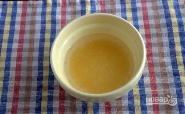 В маленькую пиалочку насыпьте пищевой желатин. Залейте его холодной водой и дайте постоять пятнадцать минут, чтобы желатин успел набухнуть.