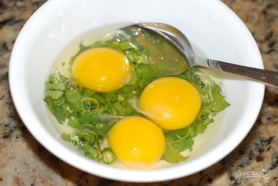1. В миске взбейте яйца, приправьте их солью, добавьте измельченную зелень.