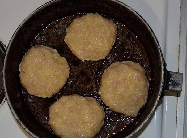 На сковороде разогреваем масло и формируем котлеты, выкладываем их на сковороду.