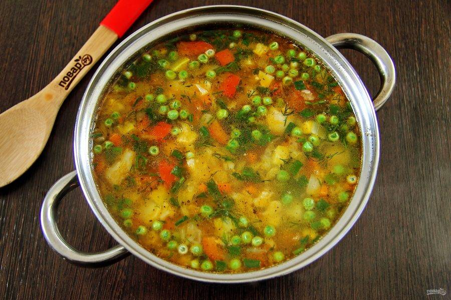 Готовому летнему овощному супу дайте настояться 10-15 минут и подавайте к столу.