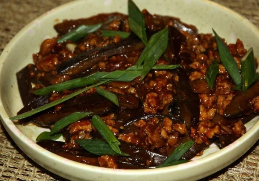 4. Подаются баклажаны со свининой по-китайски в горячем виде. Специи можно добавлять по вкусу.