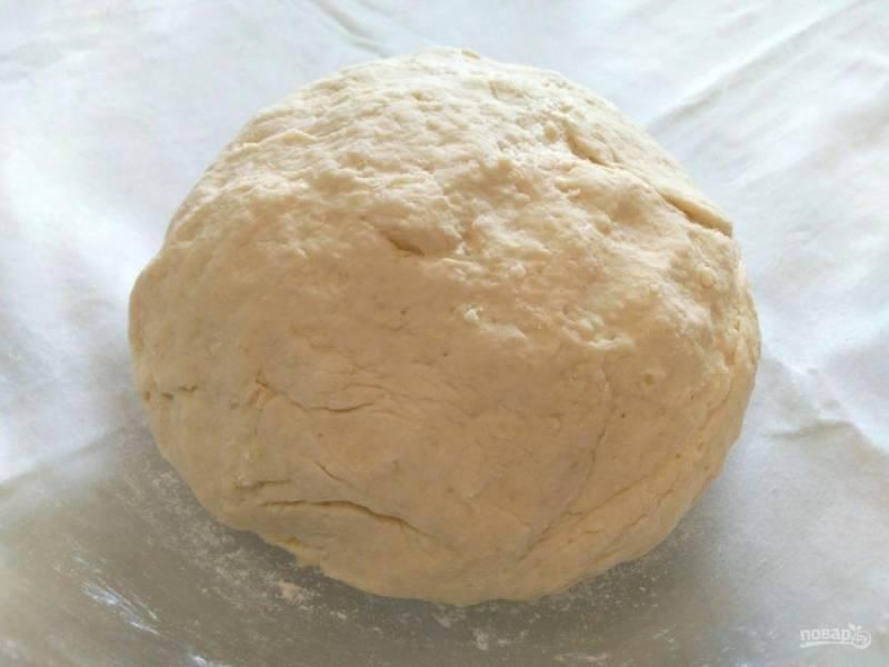 Руками замесите мягкое тесто, оставьте его в тепле до увеличения в объёме в 2-3 раза (20-30 минут).