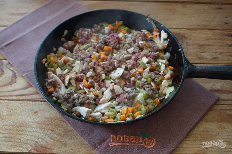 К хорошо обжаренным овощам добавьте оба вида фарша и мелко нарезанное куриное мясо.