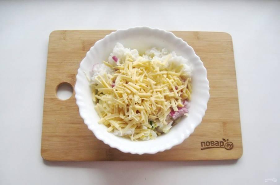 Любой твердый сыр по вкусу натрите на терке.