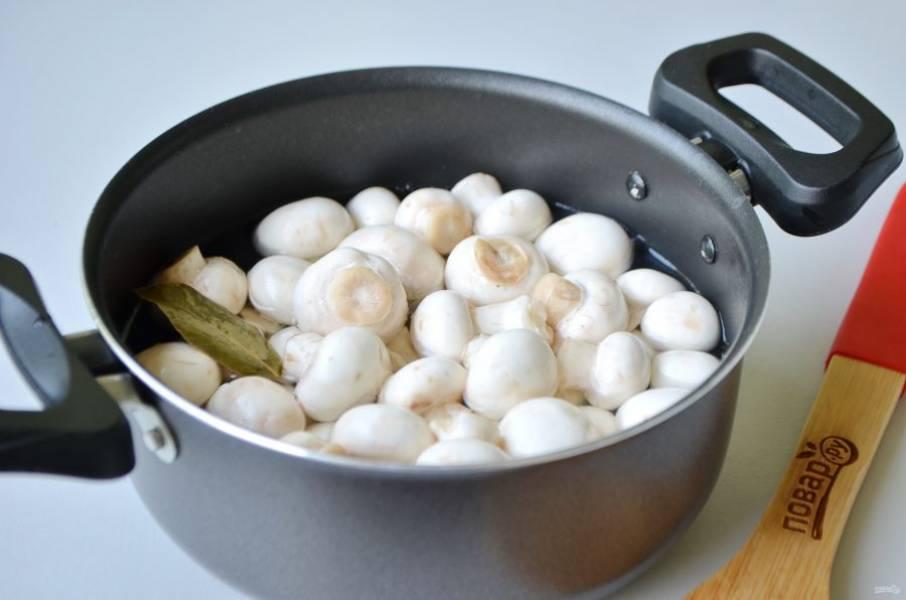 4. В кипящий маринад положите грибочки и варите 5 минут. После влейте уксус, проварите еще 7 минут.