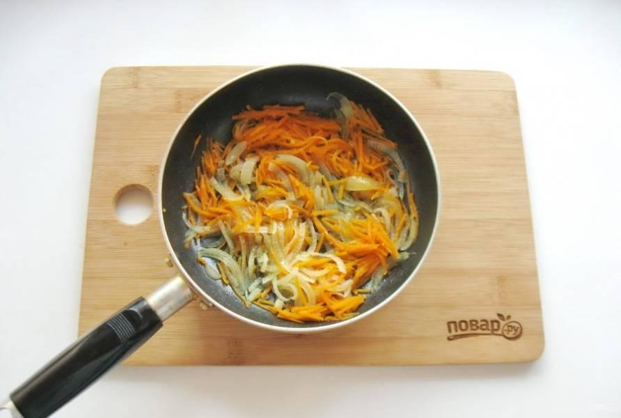 Налейте подсолнечное масло и тушите лук с морковью в течение 7-8 минут .