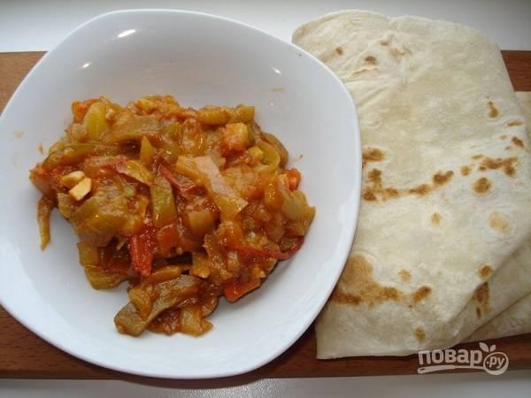 6. Влейте немного томатного соуса и тушите овощи до готовности. После остудите начинку.