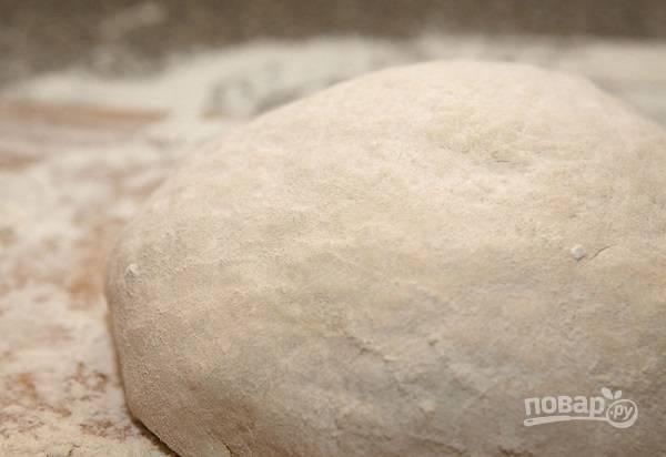 6. После тесто лучше всего убрать в холодильник, предварительно завернув в пленку, минут на 10-15, чтобы оно отдохнуло.
