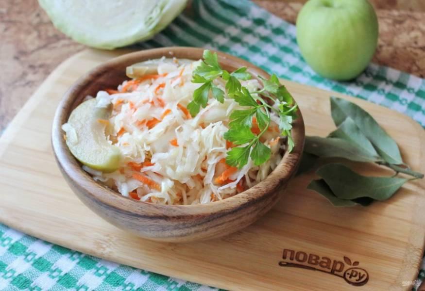 Квашеная капуста с яблоками готова. Подавайте на закуску, а также к мясу, птице, рыбе, горячему картофелю.