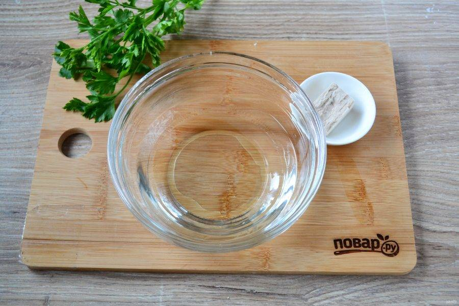 Приготовьте тесто. В воде растворите прессованные дрожжи, добавьте немного соли и 1 столовую ложку сахара. Оставьте в теплом месте на 10 минут, чтобы дрожжи начали действовать.