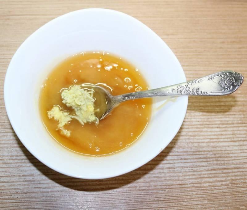 Растопите мёд и добавьте тертый на мелкой терке имбирь.