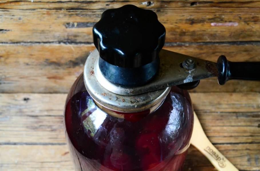 Залейте все крутым кипятком и сразу же закатайте (к слову, крышки тоже желательно стерилизовать). Затем переверните бутыль вверх дном и накройте махровым полотенцем. Это нужно для того, чтобы компот медленнее охлаждался и быстрее напитывался ароматом и вкусом вишни.