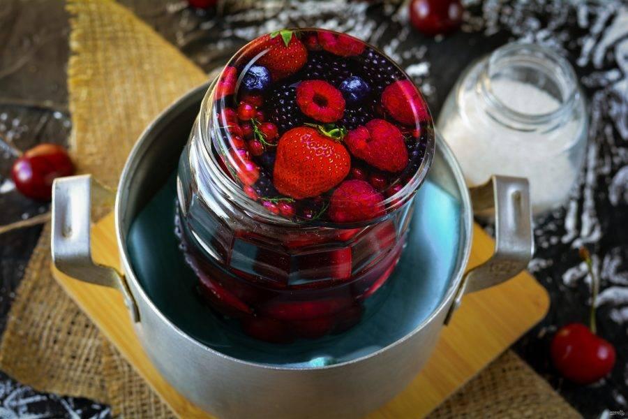 Поставьте компот стерилизоваться в кастрюлю с водой на 10-15 минут.