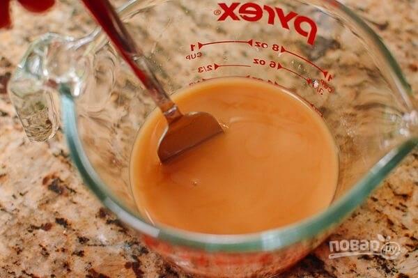 5.В мерной чашке или в стакане смешайте говяжий бульон с крахмалом.