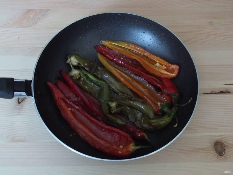 Обжаривайте на огне чуть ниже среднего, до изменения формы и цвета. Допускается появление румяной корочки. По времени это займет около 20 минут.